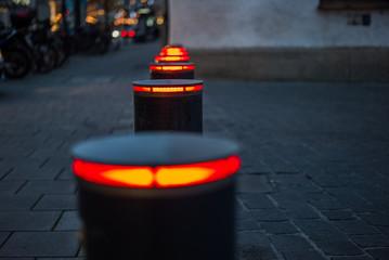 Absperrpoller beleuchtet bei Nacht