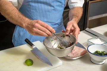 um cozinheiro a preparar ceviche de peixe fresco