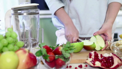Preparation of fruit smoothies for breakfast at home
