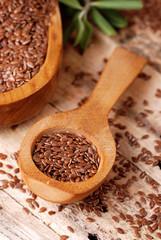 semi di lino nel cucchiaio di legno