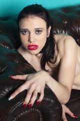 nackte Frau auf einem Sofa