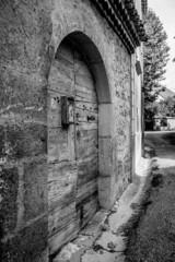 ancienne porte vieux village en noir et blanc