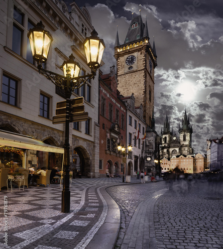 In de dag Praag Prague, Old City Hall at night