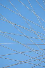 Cielo azul a través de cables de acero