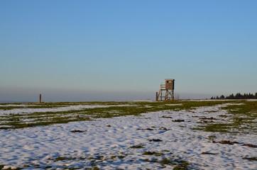 Winterlandschaft mit Jägerstand