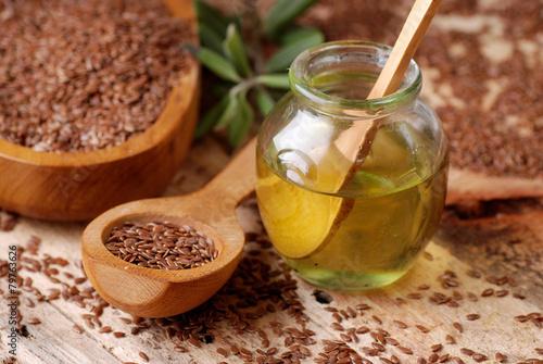 olio di lino sul tavolo di legno - 79763626