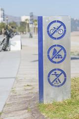 Señal de prohibido bicicletas, patines y monopatines.