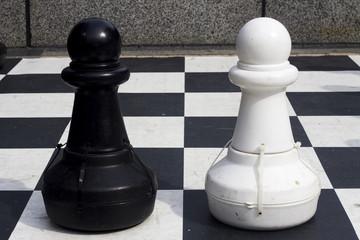 Peones ajedrez blanco y negro