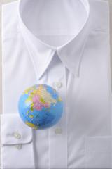 地球儀と白いシャツ