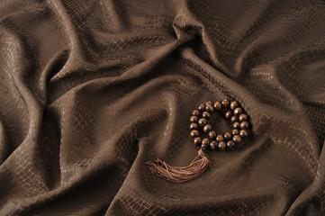 数珠と茶色の布