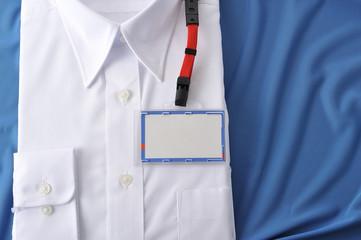 カードストラップと白いビジネスシャツ
