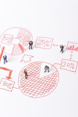 ミニチュアのビジネスマンと手描きのグラフ