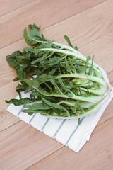 cicoria romana_ verdura su tavolo di legno
