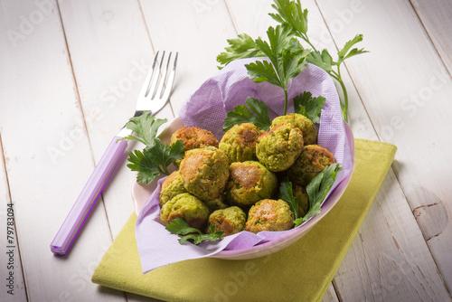 Plexiglas Salade vegetarian meatballs with peas