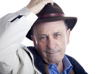 Hombre mayor saludando con sombrero