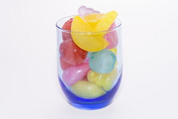 Vaso con hielos de plástico.