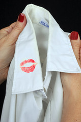 Trace de rouge à lèvres sur le col de chemise