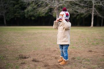 ニット帽で顔を隠す少女