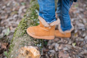 倒木を踏む子供の足