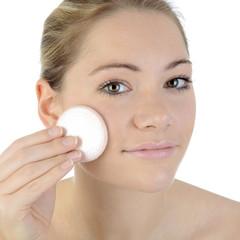 Frau schminkt sich mit Pad ab