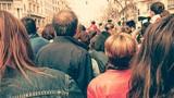 Gente en la calle de espaldas