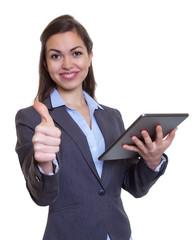 Geschäftsfrau im grauen Blazer hat Spass am Tablet