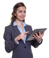 Sympathische Geschäftsfrau im grauen Blazer mit Tablet