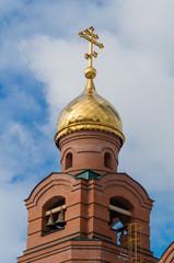 кирпичная колокольня с золотым куполом