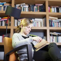 Mujer rubia leyendo