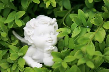 Kleine Engelsfigur in einer Pflanze