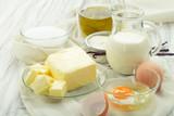 Backzutaten Eier, Mehl, Zucker, Butter, Vanille, Sahne