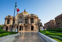 "Постер, картина, фотообои ""Palace of fine arts facade and Mexican flag"""