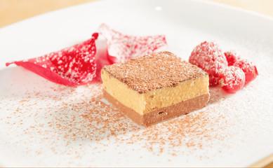 Cremino  al cacao e nocciola con frutti rossi e petali di rosa