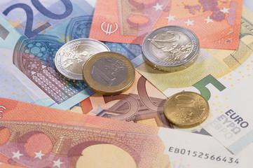 Geldscheine liegend mit Münzen