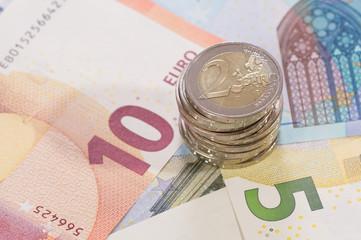 Geldscheine liegend mit 2 Euro Münzen