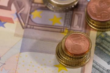 Geldscheine liegend mit drei Stapeln Münzen