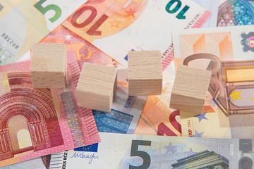 Geldscheine liegend Holzwürfel