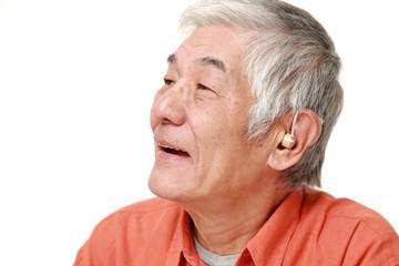 補聴器を付けた高齢者