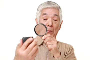 老眼の進行に困る高齢者