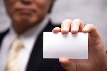 名刺を見せるビジネスマン