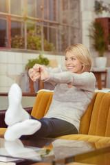 frau entspannt zu hause auf dem sofa