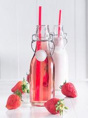 Erdbeersaft und Erdbeer Smoothie in Flaschen
