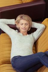 frau liegt auf dem sofa und ruht sich aus