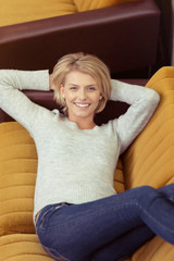 moderne junge frau liegt entspannt auf retro-sofa