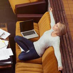entspannte studentin lernt zu hause