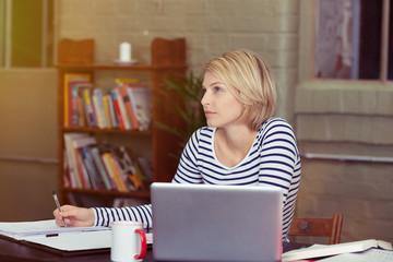 studentin lernt zu hause am laptop
