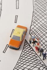 タクシーに並ぶ人々