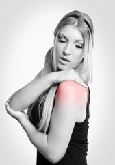junge Frau hat Schmerzen in der Schulter