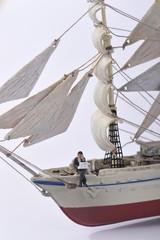 大きな帆船で出張するビジネスマン