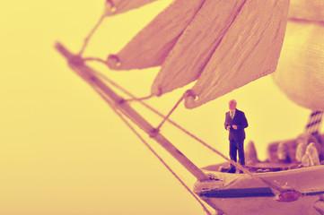 船に乗っているビジネスマン